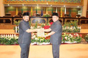 Wakil ketua DPRD Prov. Riau saat menyerahkan naskah pandangan umum dari tiap fraksi kepada wakil gubernur Riau Edi natar nasution