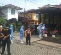 Rumah dan lingkungan warga positif COVID-19 di Pekanbaru disemprot disinfektan