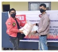 Salurkan Sembako KSBSI Riau, Generasi Muda Pekanbaru Bantu Masyarakat Terdampak Covid-19